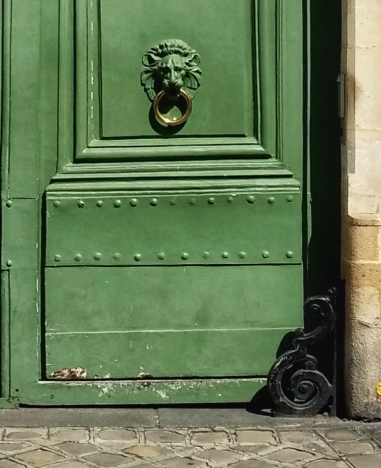 detail green door 46 rue de Varenne lion head door knocker