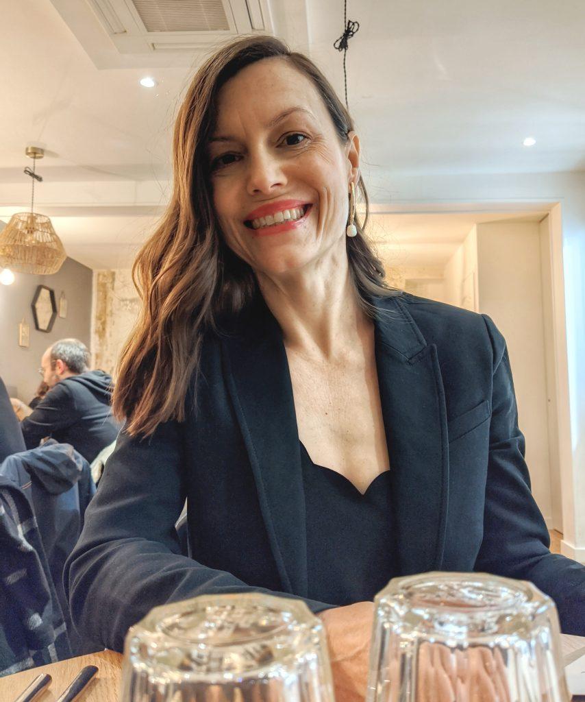 smiling woman vegan gluten free restaurant Paris ©2020 Octavio Fuentes